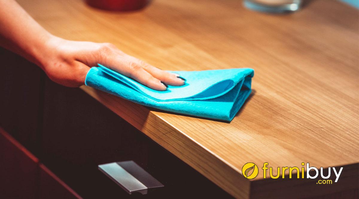 vệ sinh bàn ăn gỗ tự nhiên bằng khăn mềm